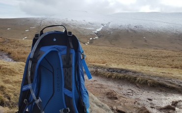 Hiking through the snow with the Osprey Hikelite 26