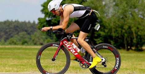 image of David Girones on triathlon racing bike